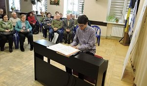 Pianist Jonathan Hanke visiting the ICF «Jewish Hesed «Bnei Azriel»